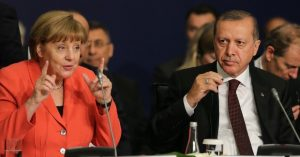 Bundeskanzlerin Dr. Angela Merkel und der türkische Präsident Recep Tayyip Erdoğan beim World Humanitarian Summit, Istanbul, May 2016. Foto: OCHA / Salih Zeki Fazlıoğlu. Quelle: Flickr